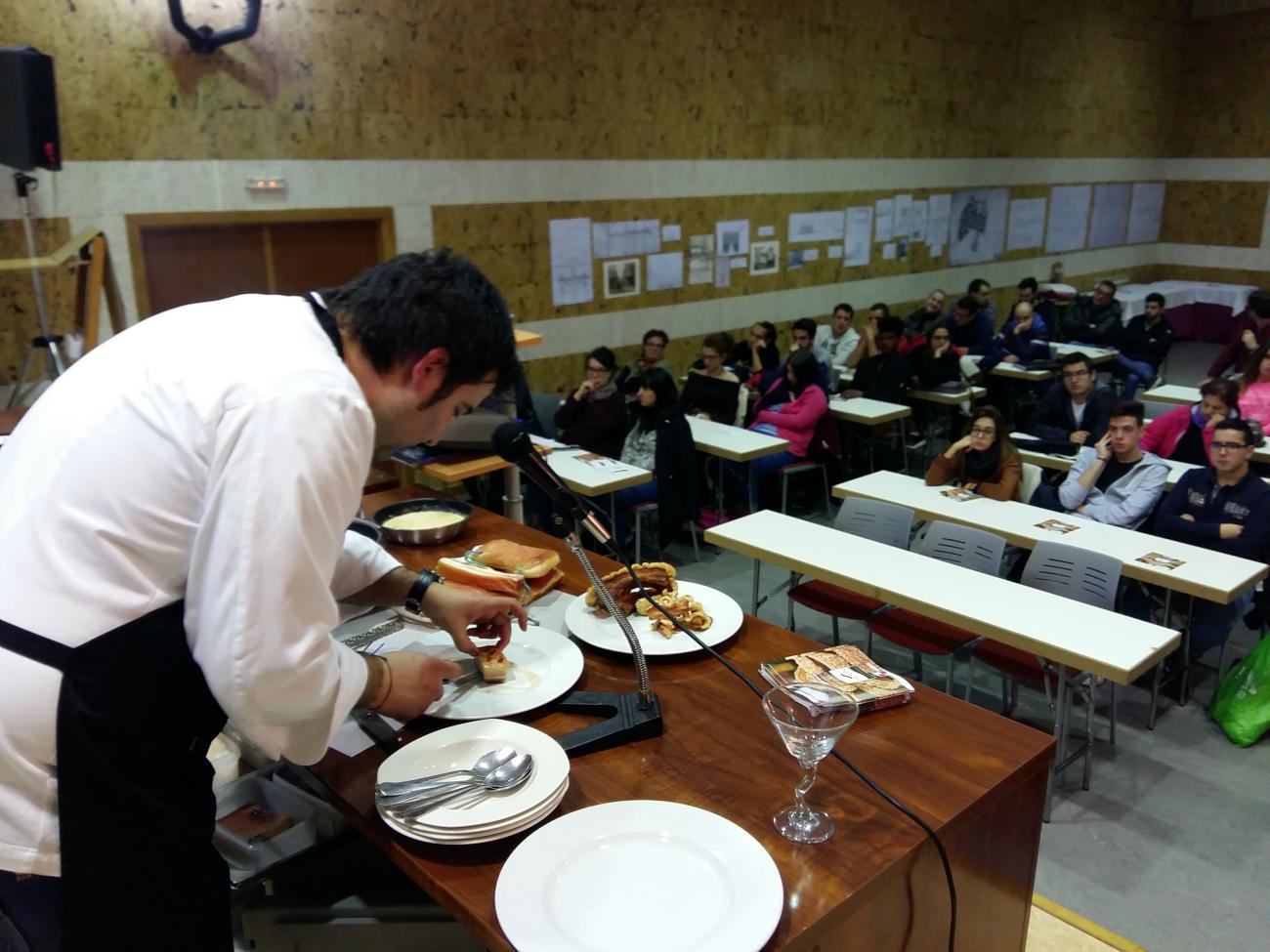 Los alumnos de las escuelas de hostelería de Salamanca y Valladolid conocen las recetas del Torrezno de Soria