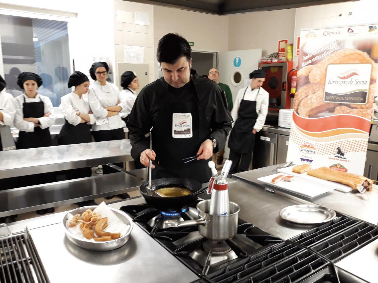 Un centenar de estudiantes de Hostelería de Burgos y León aprenden a hacer  el Mejor Torrezno de Soria