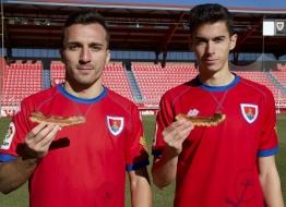 Jugadores del C.D. Numancia de Soria promocionando el Torrezno de Soria
