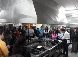Un centenar de estudiantes de hostelería de Cantabria y Palencia aprenden a hacer el Torrezno de Soria